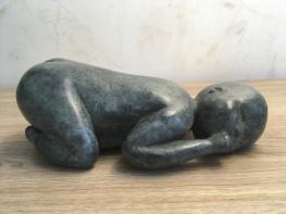 Bébé, sculpture de Brigitte Boucher, Paris , exposition 2018. Terre patinée, ou bronze.