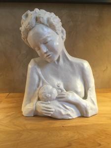 Maternité, sculpture de Brigitte Boucher, exposition de Paris 2018. Terre émaillée.